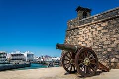 Castillo de SAN Gabriel - Άγιος Gabriel Castle Arrecife και ένα πυροβόλο μπροστά από το Στοκ φωτογραφίες με δικαίωμα ελεύθερης χρήσης