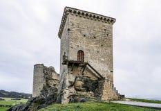 Castillo de Santa Gadea del Cid con un cielo oscuro en Burgos Fotos de archivo libres de regalías