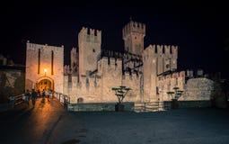 Castillo de Scaliger en Sirmione en el lago en la noche, Garda, Lombardía, I Fotografía de archivo