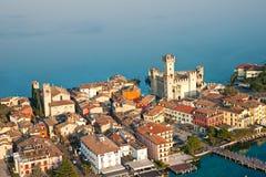 Castillo de Scaliger en Sirmione por el lago Garda, Italia Foto de archivo