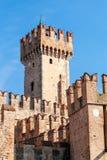Castillo de Scaligers de Sirmione en el lago Garda Italia Foto de archivo libre de regalías