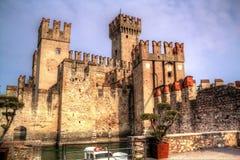 Castillo de Scaligers en la orilla del lago Garda en la ciudad de vacaciones de Sirmione, Italia imagen de archivo libre de regalías