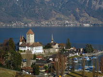 Castillo de Spiez en el lago Thunersee 01, Suiza Foto de archivo