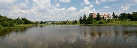 Castillo de Svirzh en un lago Imágenes de archivo libres de regalías