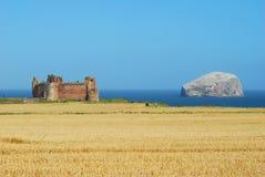 Castillo de Tantallon y roca del bajo imagenes de archivo