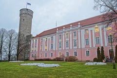 Castillo de Toompea y el edificio del parlamento en Tallinn en Estonia Foto de archivo libre de regalías