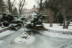 Castillo de Topolcianky con el lago congelado en invierno Imagen de archivo libre de regalías