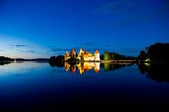 Castillo de Trakai en la noche Imagen de archivo libre de regalías
