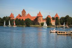 Castillo de Trakai, uno de los destinos turísticos más populares de L fotografía de archivo