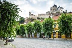 Castillo de Trenicn y viejo cuadrado en Trencin Fotos de archivo libres de regalías