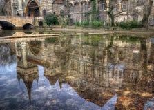 Castillo de Vajdahunyad, parque de la ciudad, Budapest, Hungría - reflexión en el lago Fotos de archivo