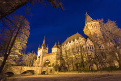 Castillo de Vajdahunyad por la tarde con el lago, Budapest, Hungría Foto de archivo libre de regalías