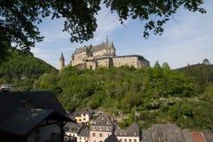 Castillo de Vianden y ciudad de Viaden foto de archivo