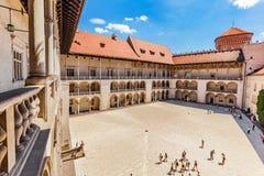 Castillo de Wawel, Cracovia, Polonia Las arcadas con gradas del patio del renacimiento Imagen de archivo libre de regalías