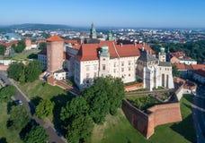 Castillo de Wawel en Kraków, Polonia Silueta del hombre de negocios Cowering Foto de archivo