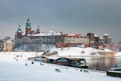 Castillo de Wawel en Kraków y el río Vistula en invierno Foto de archivo libre de regalías