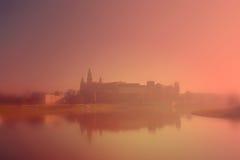Castillo de Wawel en la niebla de la mañana imagenes de archivo