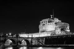 Castillo del ángel santo en la noche imagenes de archivo