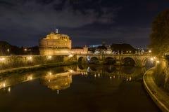 Castillo del ángel santo por noche imagen de archivo libre de regalías