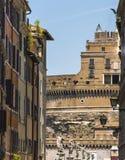 Castillo del ángel santo a través de edificios fotos de archivo
