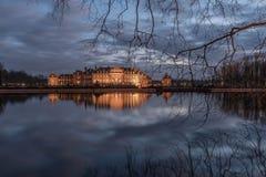 Castillo del agua en la noche Fotos de archivo libres de regalías