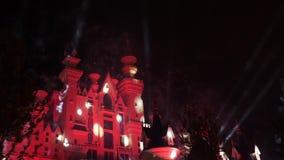 Castillo del cuento de hadas de la fantasía con la exhibición de los fuegos artificiales en la noche Partido de la celebración almacen de metraje de vídeo