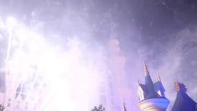 Castillo del cuento de hadas de la fantasía con la exhibición de los fuegos artificiales en la noche Partido de la celebración metrajes