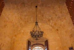 castillo del fyr morro Den gammala fästningen Antik ljuskrona på taket cuba havana Arkivbild