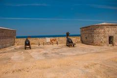 castillo del fyr morro Vapen som siktas till sidan Den gammala fästningen cuba havana Royaltyfria Bilder