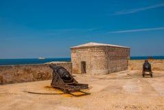 castillo del fyr morro Vapen som siktas till sidan Den gammala fästningen cuba havana Arkivbilder