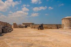 castillo del fyr morro Vapen som siktas till sidan Den gammala fästningen cuba havana Fotografering för Bildbyråer
