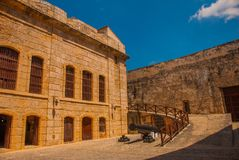 castillo del fyr morro Vapnet står på en kullersten Den gammala fästningen cuba havana Royaltyfri Fotografi