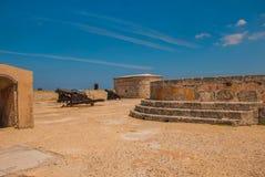 castillo del fyr morro Vapnet står på en kullersten Den gammala fästningen cuba havana Royaltyfri Foto
