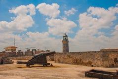 Castillo Del Morro fyr Vapen som siktas till sidan Den gammala fästningen cuba havana Arkivfoton
