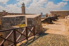 Castillo Del Morro fyr Vapen som siktas till sidan Den gammala fästningen cuba havana Royaltyfria Bilder
