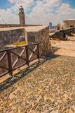 Castillo Del Morro fyr Vapen som siktas till sidan Den gammala fästningen cuba havana Royaltyfri Fotografi