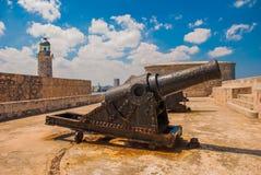 Castillo Del Morro fyr Vapen som siktas till sidan Den gammala fästningen cuba havana Royaltyfri Bild