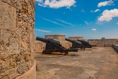 Castillo Del Morro fyr Vapen som siktas till sidan Den gammala fästningen cuba havana Arkivbild