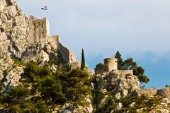Castillo del pirata en la roca en Omis Imagen de archivo libre de regalías