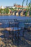 Castillo del restaurante y de Praga en el fondo Imagenes de archivo