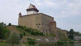 Castillo del ` s de Herman, día nublado en agosto Narva, Estonia almacen de metraje de vídeo