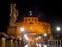 Castillo del St. Ángel en Roma, por noche Imagen de archivo