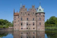 Castillo Dinamarca de Egeskov con la fosa fotos de archivo