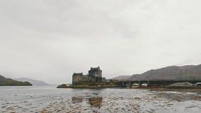 Castillo donan en el día nublado - isla de Skye, Escocia, Reino Unido de Eilean almacen de video