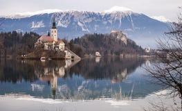Castillo e iglesia debajo de las montañas Fotografía de archivo libre de regalías