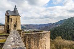 Castillo en día de primavera soleado, Luxemburgo de Bourscheid Fotografía de archivo