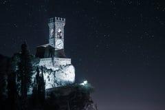 Castillo en el acantilado con la torre de reloj Fotografía de archivo