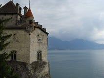 Castillo en el lago de Montreux imagenes de archivo
