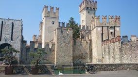 Castillo en el lago Garda Italia Sirmione Imagen de archivo libre de regalías