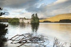 Castillo en el lago un Eilein en Escocia Imágenes de archivo libres de regalías